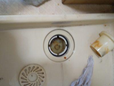 洗濯機の入替えの時、洗濯トレイの排水口も掃除しましょう。